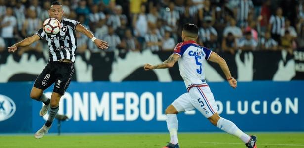 Luiz Fernando em ação pelo Botafogo em jogo contra o Bahia