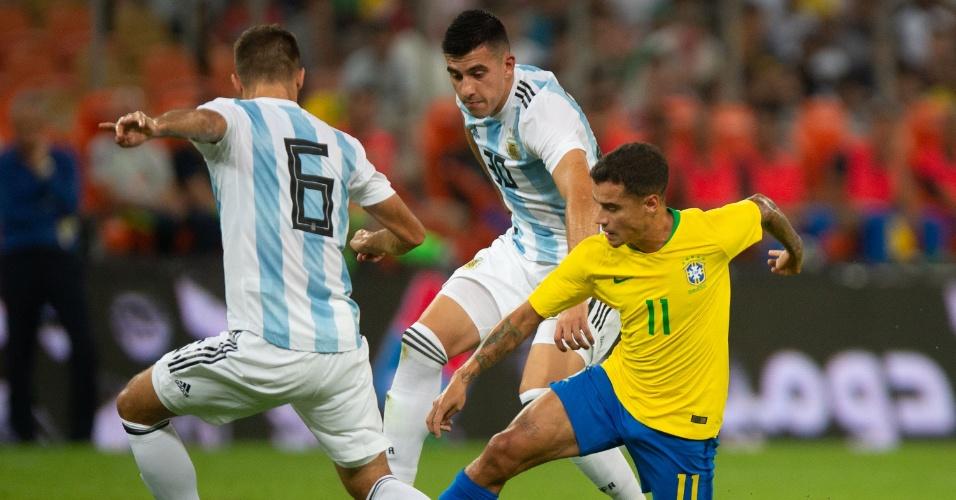 O meia-atacante Philippe Coutinho em ação no amistoso entre Brasil e Argentina