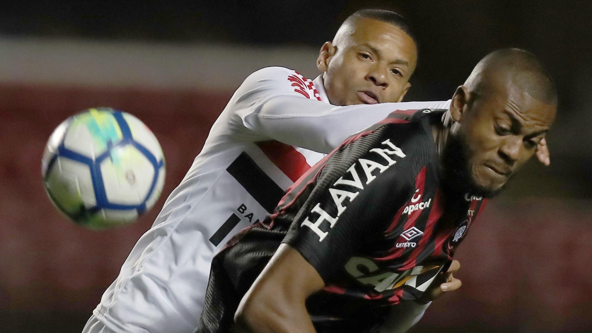Edimar e Marcelo Cirino disputam a bola no jogo entre São Paulo e Atlético-PR