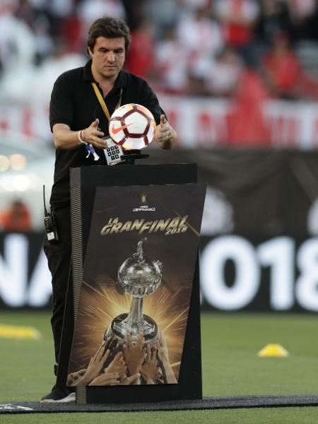Bola da final da Libertadores entre Boca Juniors e River Plate é retirada do estádio - Alejandro Pagni/AFP