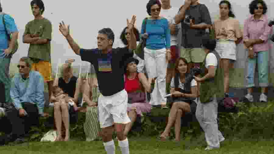 Chico Buarque durante pelada em 2004 - Ana Carolina Fernandes/Folha Imagem