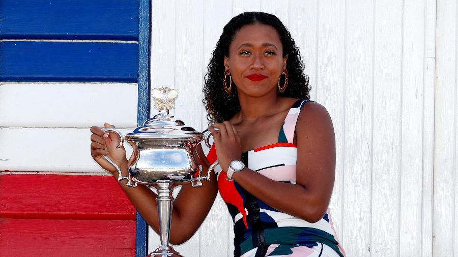 Um dia depois do título, Naomi Osaka posou com o troféu do Australian Open na Brighton Beach, em Melbourne - Edgar Su/Reuters