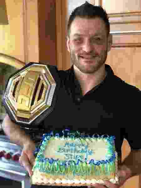 Stipe Miocic posa com bolo de aniversário e cinturão do UFC - Reprodução/Instagram