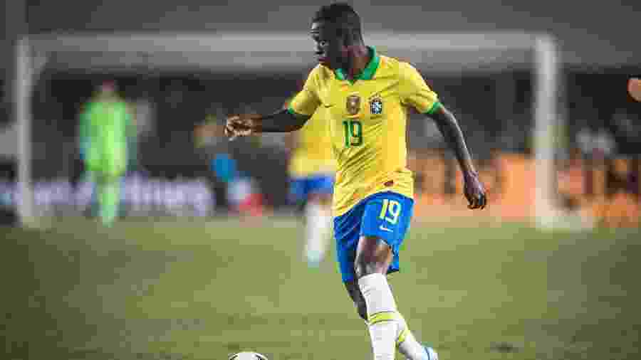 Vinicius Junior carrega a bola em Brasil x Peru - Pedro Martins/Mowa Press