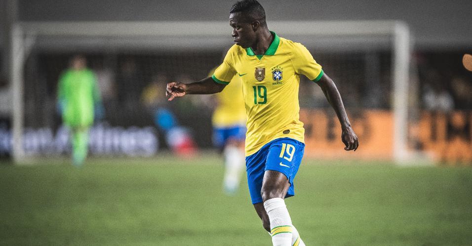 Vinicius Junior carrega a bola em Brasil x Peru