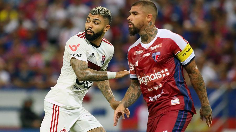 Paulão, do Fortaleza, disputa lance com Gabigol, do Flamengo, durante partida pelo Campeonato Brasileiro -  Pedro Chaves/AGIF