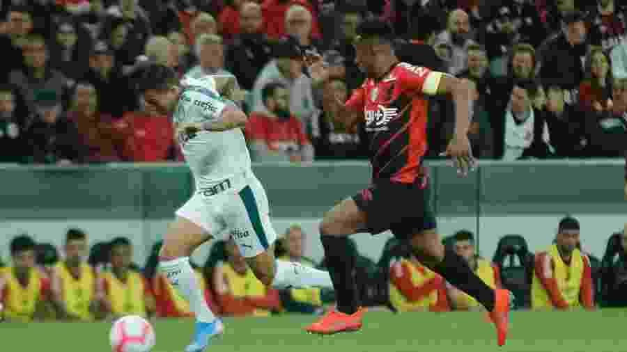 Dudu, do Palmeiras, disputa lance com Wellington, do Athletico-PR, em jogo pelo Brasileirão - Gabriel Machado/AGIF