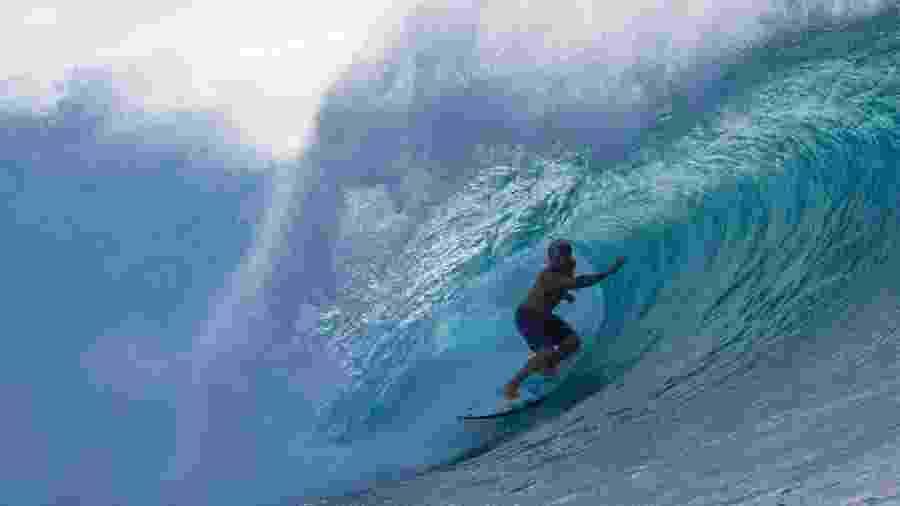 Ítalo Ferreira surfando em Pipeline em Oahu, Havaí. Ondas como essa não apareceram hoje -  Brian Bielmann/AFP