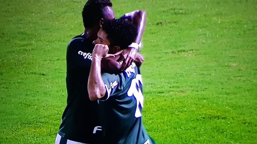 Gabriel Silva (dir.), do Palmeiras, comemora gol de pênalti pelo Palmeiras contra o União Rondonópolis pela Copinha - Reprodução/SporTV