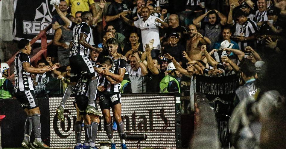 Jogadores do Botafogo comemoram gol de Bruno Nazário contra o Náutico, pela Copa do Brasil
