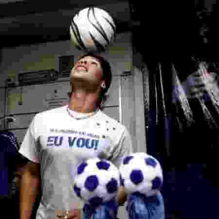 Kerlon em evento promocional do Cruzeiro, em 2007, fazendo a jogada que marcou sua carreira - AFP/Getty Images