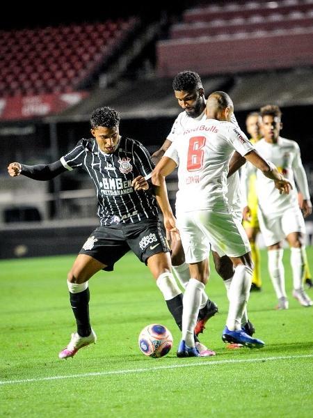 Ederson, do Corinthians, tenta se livrar da marcação do Bragantino durante jogo pelo Paulistão - Rodrigo Corsi/Paulistão