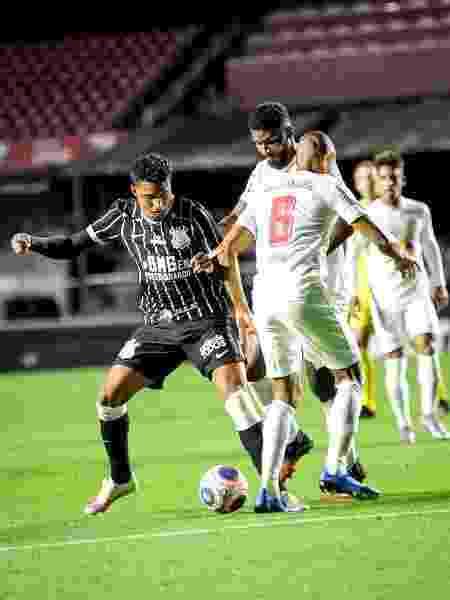 Ederson, do Corinthians, tenta se livrar da marcação do Bragantino em jogo pelo Paulistão - Rodrigo Corsi/Paulistão
