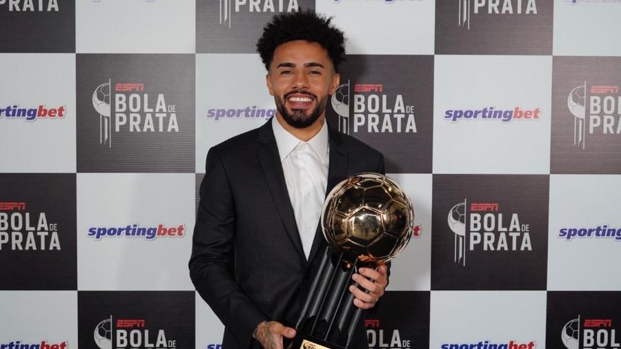 O meia do Red Bull Bragantino Claudinho recebe a Bola de Ouro como melhor do Brasileirão - André Porto