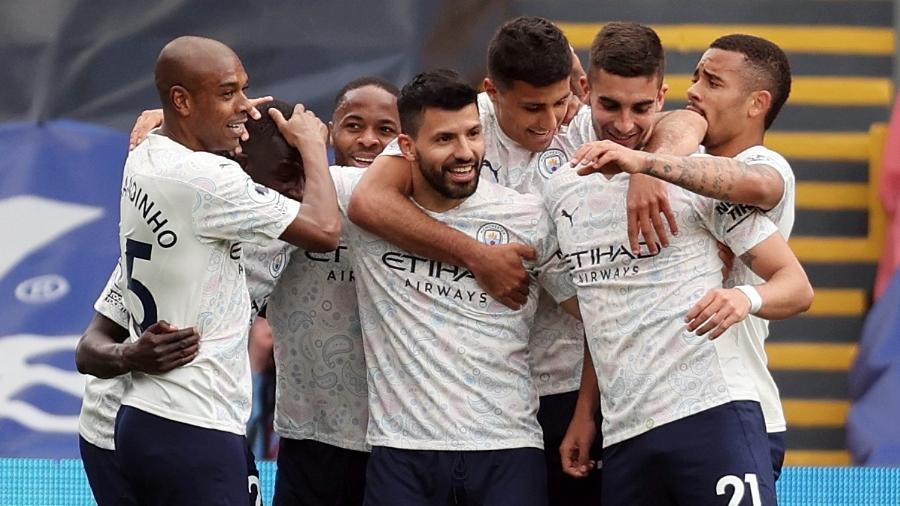 Jogadores do Manchester City comemoram gol marcado por Aguero no início do 2° tempo - Clive Rose/Reuters