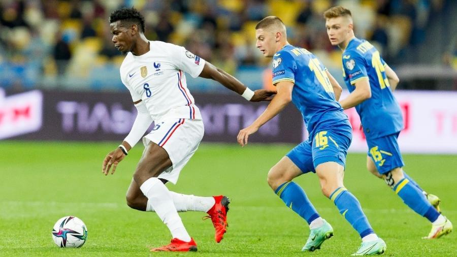 Pogba carrega a bola pela França em duelo contra a Ucrânia pelas Eliminatórias - Stanislav Vedmid/DeFodi Images via Getty Images