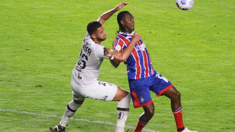 Robson Reis disputa lance com Rodallega em jogo entre Santos e Bahia - Fernanda Luz/AGIF