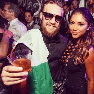 Ring girl Arianny Celeste posta foto da festa com Conor McGregor, que comemorou em uma balada a conquista do cinturão interino dos penas do UFC - Reprodução/Instagram