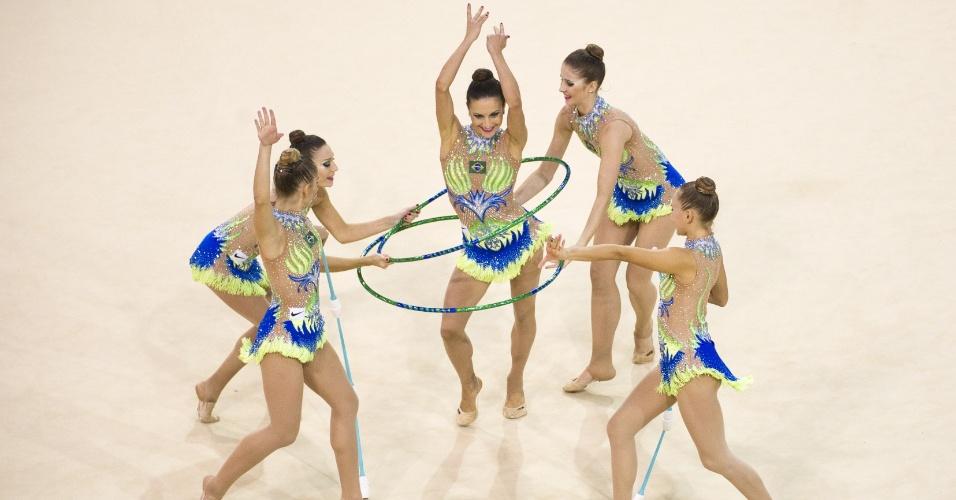Equipe brasileira se apresenta na ginástica rítmica. Grupo conquistou a medalha de ouro