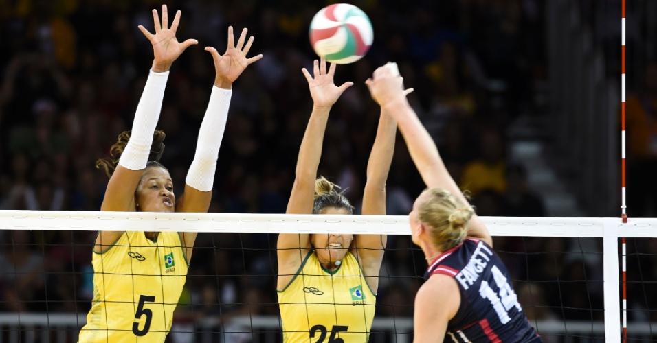 Brasileiras fazem o bloqueio em cima da norte-americana Fawcett na partida do Brasil contra os EUA no Pan de Toronto