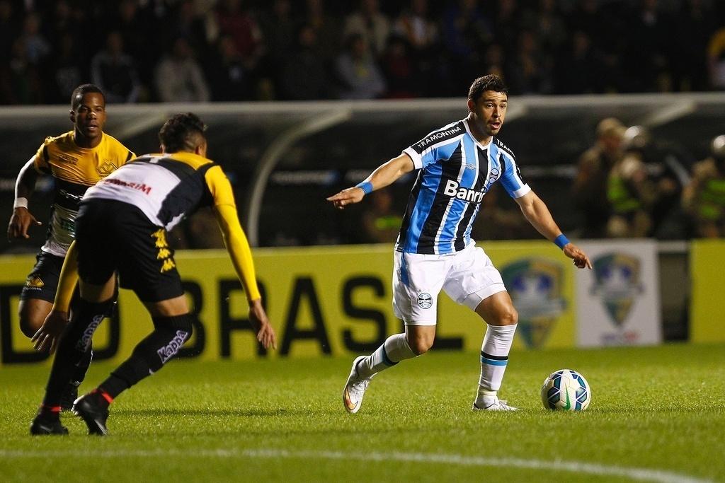 Giuliano em ação no confronto entre Criciúma e Grêmio, no Estádio Heriberto Hülse, pela Copa do Brasil