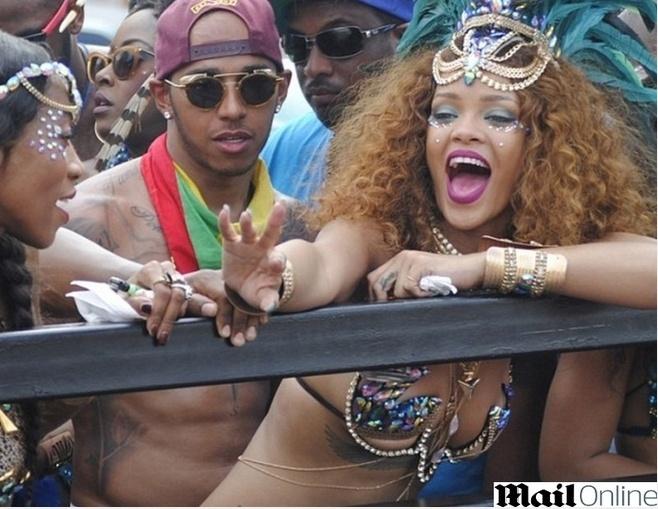 Lewis Hamilton curte carnaval em Barbados ao lado da cantora Rihanna