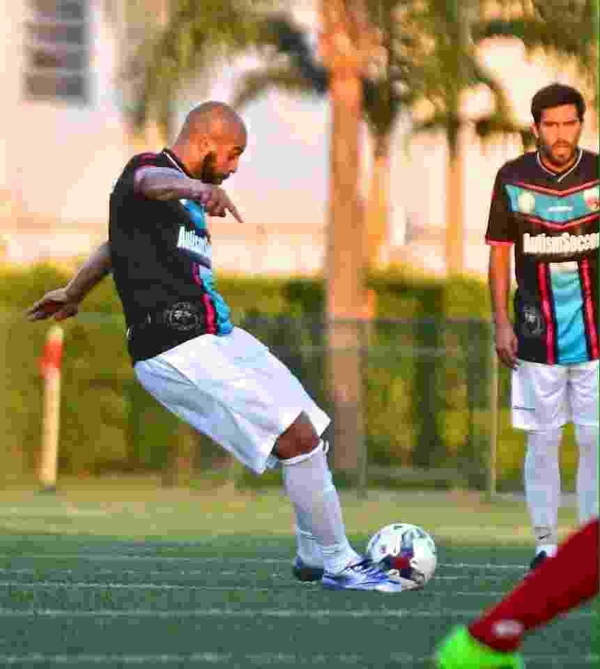01.mai.2016 Adriano Imperador cobra falta durante estreia oficial pelo Miami United FC no futebol dos EUA - Divulgação/Miami United FC