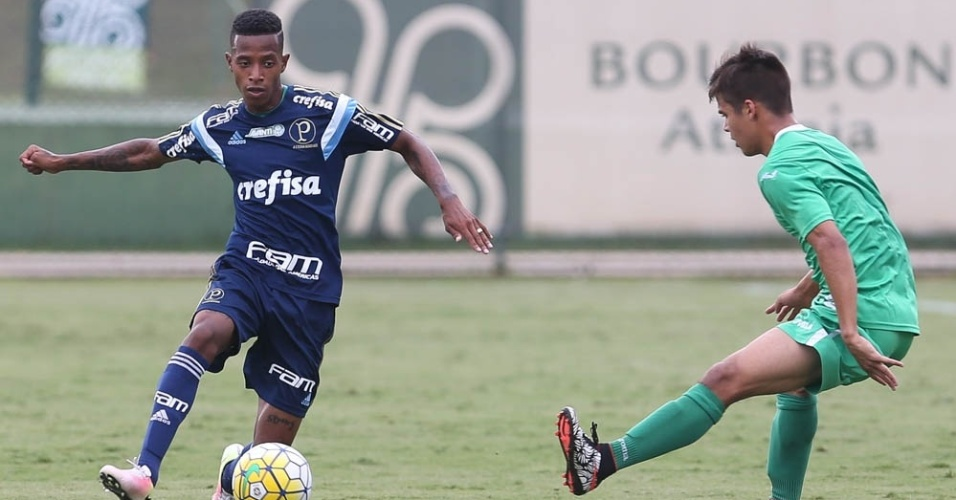 Tchê Tchê em ação no jogo-treino entre Palmeiras e Guarani, em Atibaia