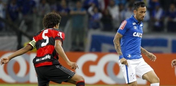 Arial Cabral, do Cruzeiro, disputa jogada com Willian Arão, do Flamengo