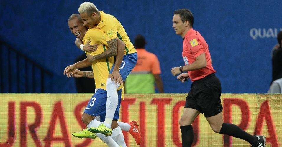 Neymar pula nas costas de Miranda para comemorar gol do zagueiro na seleção brasileira