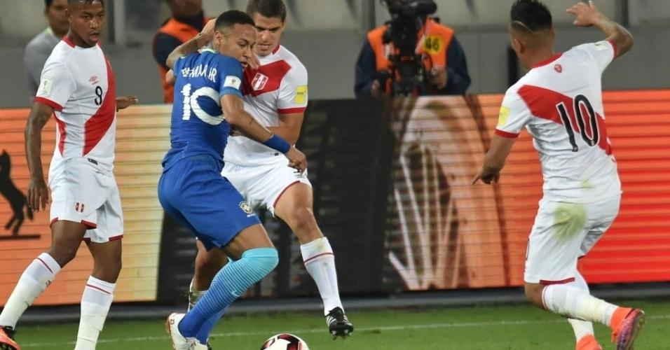 Cercado por peruanos, Neymar tem a camisa puxada em jogo válido pelas Eliminatórias