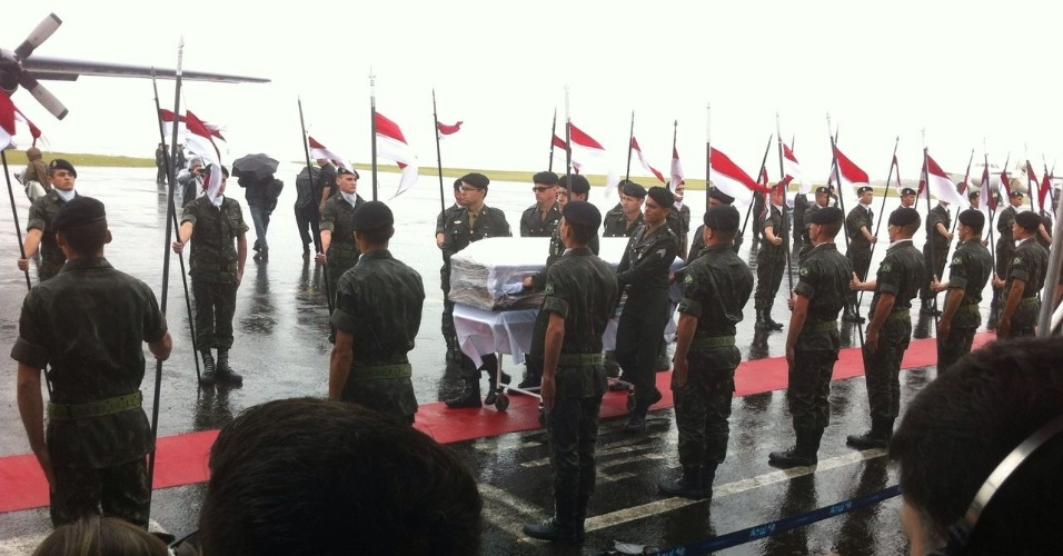 Caixão com vítima de desastre aéreo recebe tributo na chegada a Chapecó