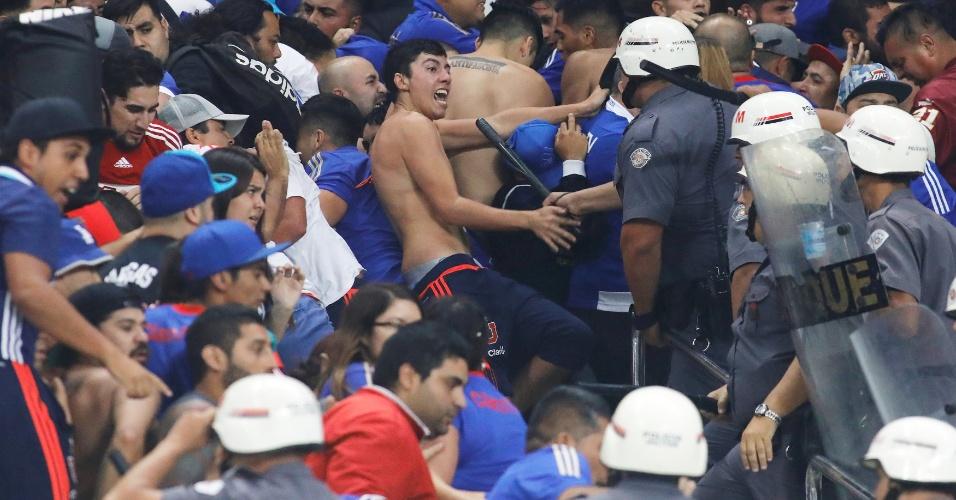 Fãs da Universidad de Chile brigam com a Polícia Militar na Arena Corinthians