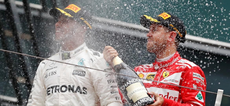 Sebastian Vettel, da Ferrari, joga champanhe em Lewis Hamilton, da Mercedes, após o GP da China - REUTERS/Aly Song