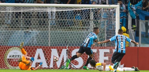 Lucas Barrios brilhou no primeiro tempo do Grêmio contra o Guaraní