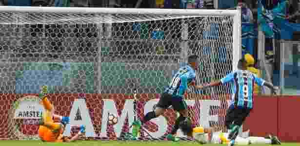 Lucas Barrios brilhou no primeiro tempo do Grêmio contra o Guaraní - Jeferson Guareze/AGIF