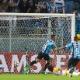 """Barrios freia euforia ao celebrar gols: """"É trabalhar que tudo acontece"""""""