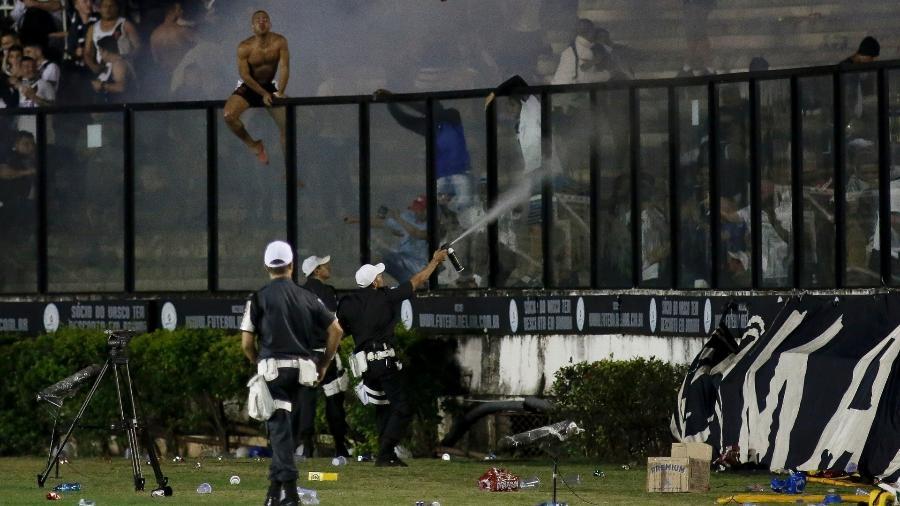 Policiais atiram spray de pimenta para tentar evitar que torcedores do Vasco invadissem o gramado - Luciano Belford/AGIF