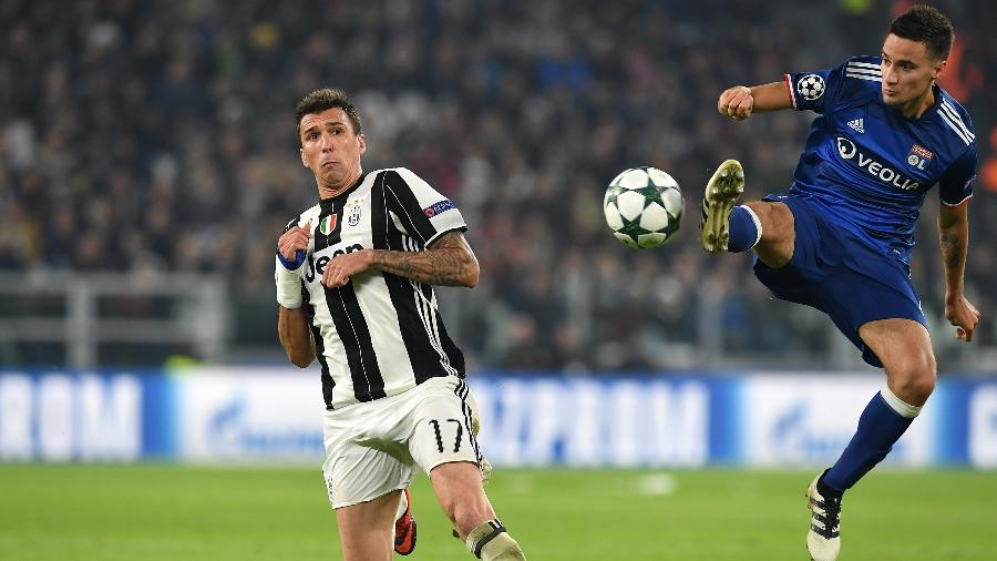 Emanuel Mammana (à direita) disputa bola com Mario Mandzukic, da Juventus - Valerio Pennicino/Getty Images