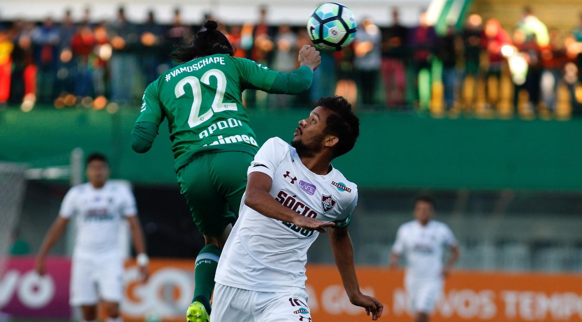 Apodi e Gustavo Scarpa disputam a bola no jogo entre Chapecoense e Fluminense