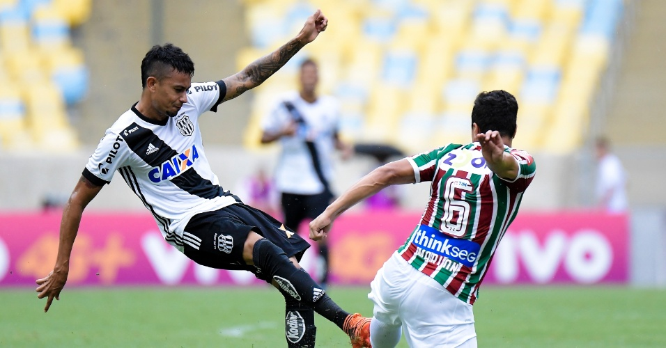 Lucca, da Ponte, tenta o chute e é travado por Marlon, do Fluminense