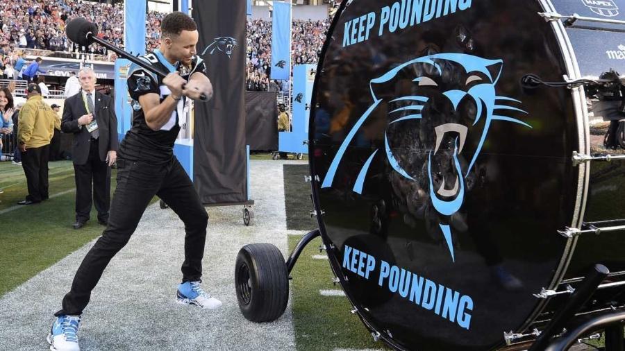 Torcedor do Carolina Panthers, Curry toca tambor do time antes do Super Bowl 50 - John G. Mabanglo/EFE