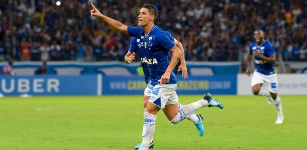 Thiago Neves, meia-atacante do Cruzeiro, provoca torcida do Atlético-MG