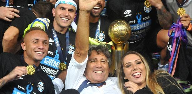 Renato Gaúcho comemora título da Recopa do Grêmio com a filha Carol Portaluppi