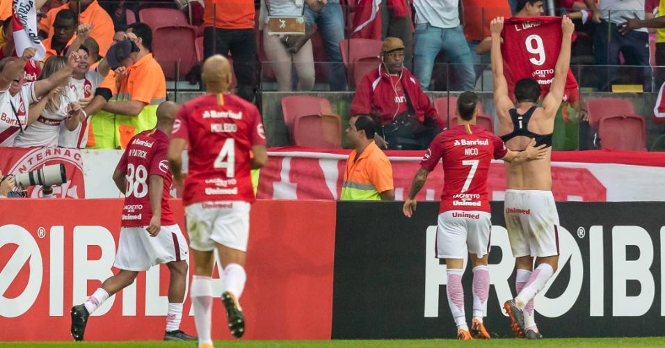 Leandro Damião tira a camisa para comemorar o gol do Internacional contra o Corinthians