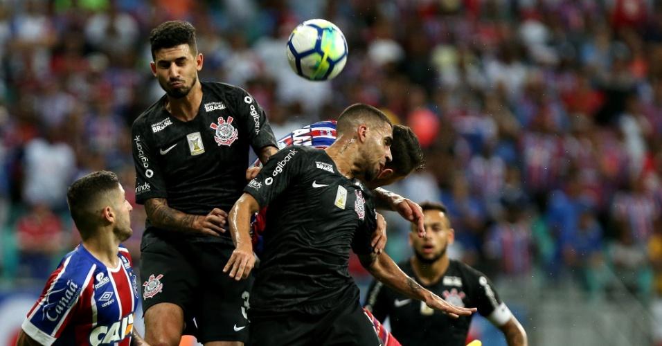 Jogadores de Bahia e Corinthians disputam a bola
