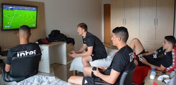 Jogadores do São Paulo disputam partida de videogame durante a concentração