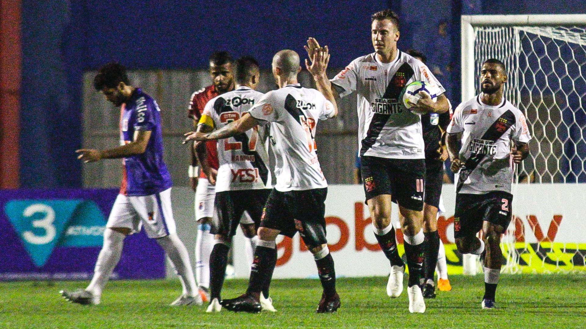 Maxi López comemora gol marcado pelo Vasco contra o Paraná, pelo Brasileirão