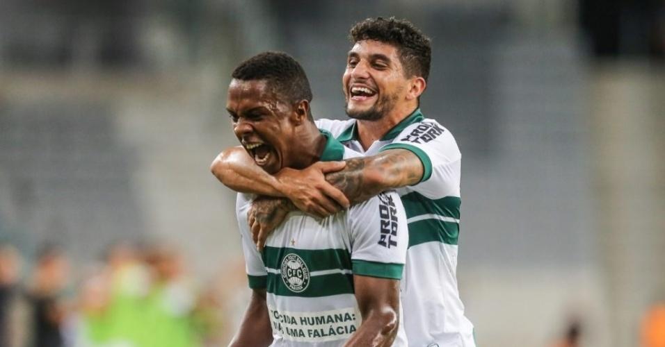 Jogadores do Coritiba comemoram gol contra o Athletico-PR