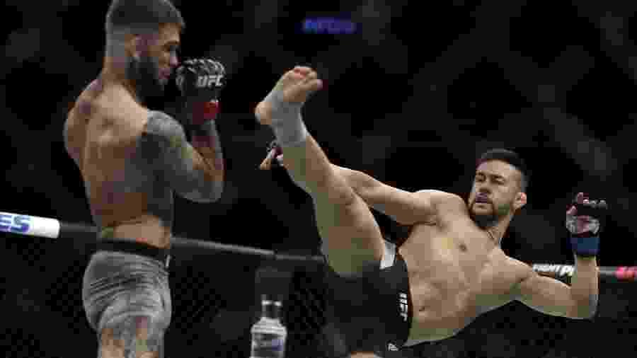 Pedro Munhoz tenta acertar Cody Garbrandt durante UFC 235 - Isaac Brekken/Getty Images /AFP